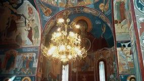 Un bello candeliere dalla chiesa ortodossa del XIX secolo stock footage