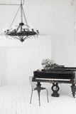 Un bello candeliere e un piano Fotografia Stock