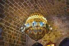 Un bello candeliere nella vecchia chiesa Immagini Stock Libere da Diritti