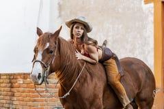 Un bello cavallo castana ispano di Rides A del modello su un'azienda agricola messicana immagine stock libera da diritti