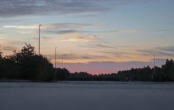 Un bello cielo di alba con una via senza traffico fotografie stock libere da diritti