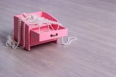 Un bello cofanetto con le perle fotografie stock