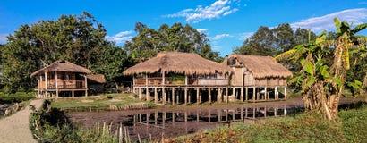 Un bello cottage ricoperto di paglia del paese immagini stock libere da diritti