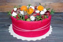 Un bello dolce della frutta con un biscotto rosa intorno a it1 Fotografia Stock