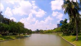 Un bello giardino botanico verde con il canale lungo al parco pubblico di Chatuchak, Bangkok, Tailandia archivi video