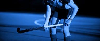 Un bello giocatore di hockey su prato della giovane donna Colore blu fotografie stock libere da diritti