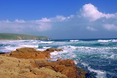 Un bello giorno del ` s di estate sulla costa di Cornovaglia, l'Inghilterra fotografia stock libera da diritti