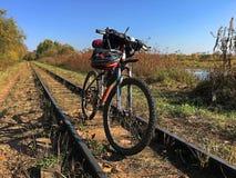 Un bello giorno per un viaggio turistico su una bicicletta fotografia stock