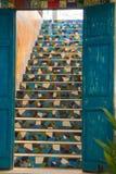 Un bello insieme di legno blu rustico delle porte, portante alle scala piastrellate adorabili, in un ristorante molto creativo de immagini stock