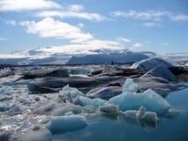 Un bello lago glaciale in Islanda immagini stock