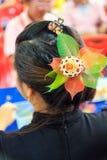 Un bello mazzo di potpourri orna la ragazza dei capelli Fotografia Stock Libera da Diritti