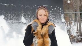 Un bello modello di moda Smiling ed esaminare macchina fotografica Scaccianeve nell'inverno archivi video