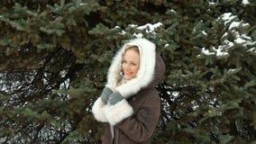 Un bello modello di moda Smiling ed esaminare macchina fotografica Scaccianeve nell'inverno stock footage