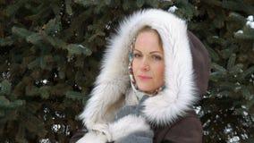 Un bello modello di moda Smiling ed esaminare macchina fotografica Scaccianeve nell'inverno Primo piano video d archivio