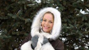Un bello modello di moda Smiling ed esaminare macchina fotografica Scaccianeve nell'inverno Primo piano stock footage