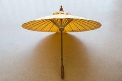 Un bello ombrello di legno Fotografia Stock