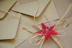 Un bello ornamento decorativo per le buste di carta con i messaggi Stella festiva rossa fotografie stock