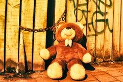 Un bello orsacchiotto del giocattolo riguarda legno d'annata di Anversa della via il retro fotografia stock libera da diritti