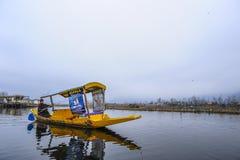 Un bello paesaggio con barche ha chiamato il ` di Shakira del ` vicino al lago nel Kashmir India fotografie stock
