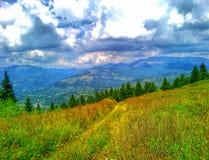 Un bello paesaggio con i montains fotografie stock