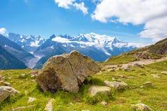 Un bello paesaggio con l'pietra-orso contro il contesto del Mo Fotografia Stock Libera da Diritti