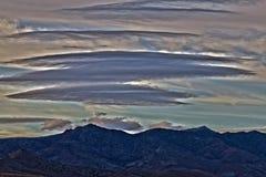 Un bello paesaggio con le nubi e la montagna Fotografia Stock