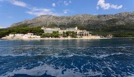 Un bello paesaggio del mare e delle montagne senza fine fotografia stock