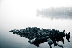 Un bello paesaggio di mattina nel lago in Norvegia Paesaggio tranquillo di autunno Formazione rocciosa in una priorità alta Fotografia Stock Libera da Diritti