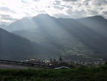 Un bello paesaggio di una valle verde, evidenziato dal sole rays attraversare le alpi, Francia Fotografia Stock Libera da Diritti