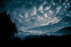 Un bello, paesaggio monocromatico astratto della montagna nella tonalità blu fotografia stock