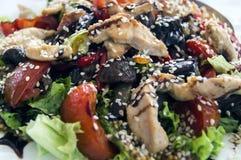 Un bello piatto Insalata di verdure con i semi di sesamo Immagine Stock