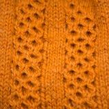 Un bello primo piano di un modello tricottato caldo Filato di lana naturale delle pecore immagini stock