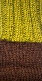 Un bello primo piano di un modello tricottato caldo Filato di lana naturale delle pecore fotografia stock libera da diritti