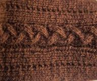 Un bello primo piano di un modello tricottato caldo Filato di lana naturale delle pecore fotografie stock