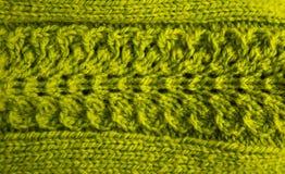 Un bello primo piano di un modello tricottato caldo Filato di lana naturale delle pecore immagine stock