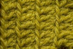 Un bello primo piano di un fatto a mano lavora all'uncinetto il modello di un filato di lana variopinto Lana naturale molle e cal Immagini Stock