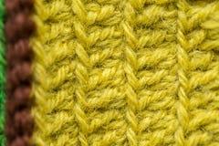 Un bello primo piano di un fatto a mano lavora all'uncinetto il modello di un filato di lana variopinto Lana naturale molle e cal Fotografie Stock