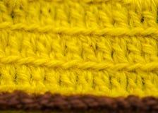 Un bello primo piano di un fatto a mano lavora all'uncinetto il modello di un filato di lana variopinto Lana naturale molle e cal Fotografia Stock