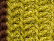 Un bello primo piano di un fatto a mano lavora all'uncinetto il modello di un filato di lana variopinto Lana naturale molle e cal Fotografia Stock Libera da Diritti