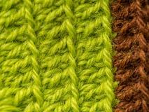 Un bello primo piano di un fatto a mano lavora all'uncinetto il modello di un filato di lana variopinto Lana naturale molle e cal Fotografie Stock Libere da Diritti