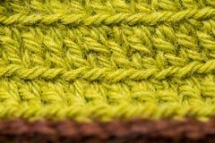 Un bello primo piano di un fatto a mano lavora all'uncinetto il modello di un filato di lana variopinto Lana naturale molle e cal Immagine Stock Libera da Diritti