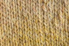 Un bello primo piano di un modello caldo e molle lavorato a mano della lana Calzini o sciarpa molli di lana naturale Fotografia Stock