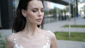 Un bello ritratto di profilo della sposa stock footage