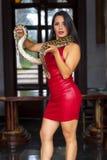Un bello serpente castana ispano del boa constrictor di Poses With A del modello intorno al suo corpo fotografia stock libera da diritti