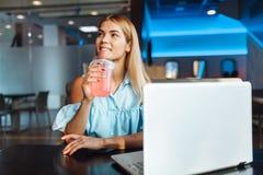Un bello studente, bevande un cocktail e sorrisi, riposanti da fotografia stock