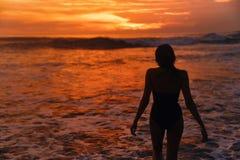 Un bello tramonto ad una delle spiagge di Canggu, Bali, Indonesia immagini stock