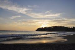 Un bello tramonto alla spiaggia fotografia stock libera da diritti