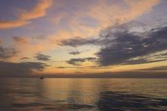 Un bello tramonto della barca a vela di lago Michigan Fotografie Stock Libere da Diritti