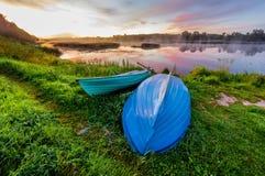 Un bello tramonto dorato dal fiume Gli amanti possono guidare in un boa fotografie stock
