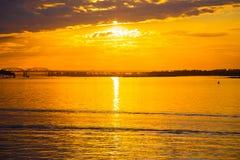 Un bello tramonto dorato sul fiume immagini stock libere da diritti